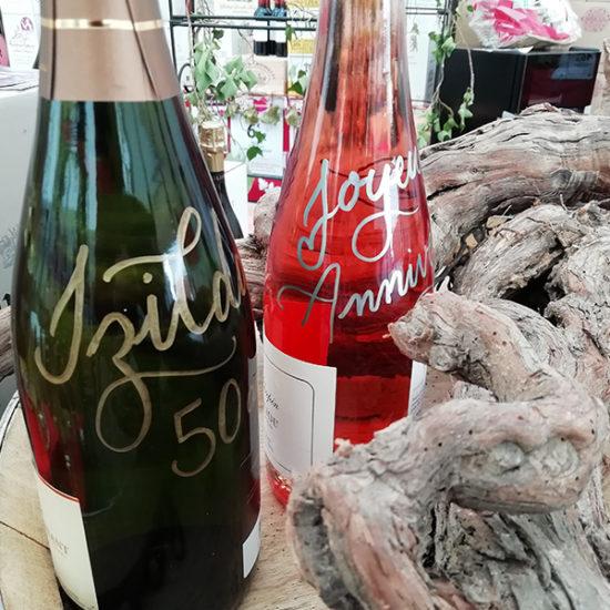 calligraphie sur bouteille de vin - calligraphique