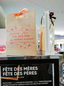 Calligraphie pochettes cadeaux FNAC - Calligraphique