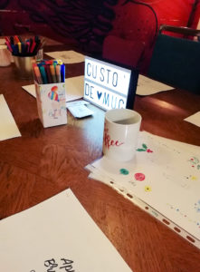brush lettering personnalisation sur mugs - Calligraphique