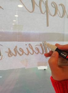 vitrine calligraphie happy folk