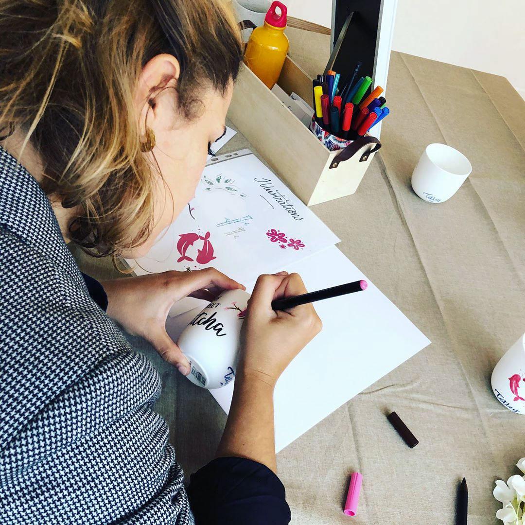 calligraphie sur tasse Tetley – Calligraphique